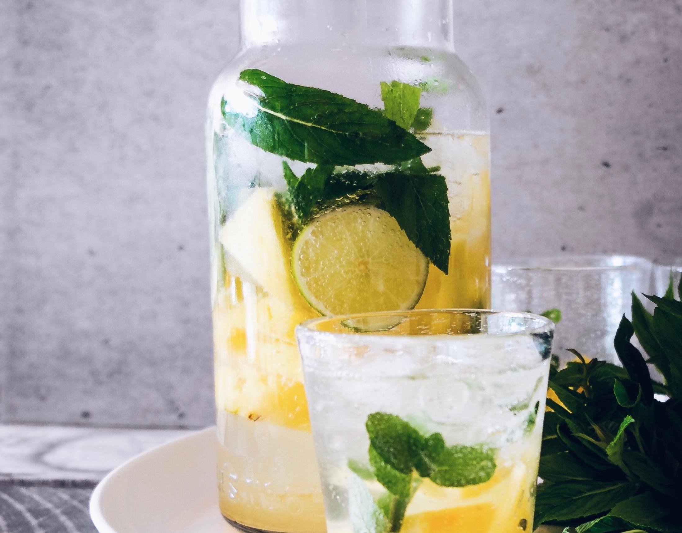 Trinken Zitronen-Wasser